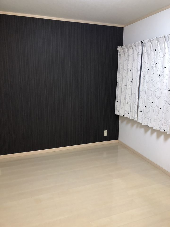 2階6.7帖洋室はアクセントクロスを 使い、シックな雰囲気になっております。 主寝室にいかがでしょうか?