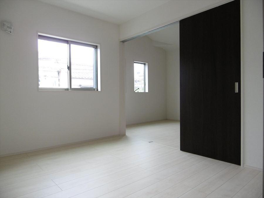 北側の2つの洋室は扉を開けて一つの部屋としても使えます。お子様たちが小さい時は一つの空間として、大きくなった時は独立した空間として使用できます。