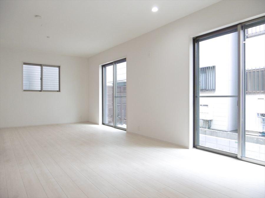 明るく、広々とした空間のリビングです。一部に折上天井を採用しているので、お部屋に開放感がうまれます。