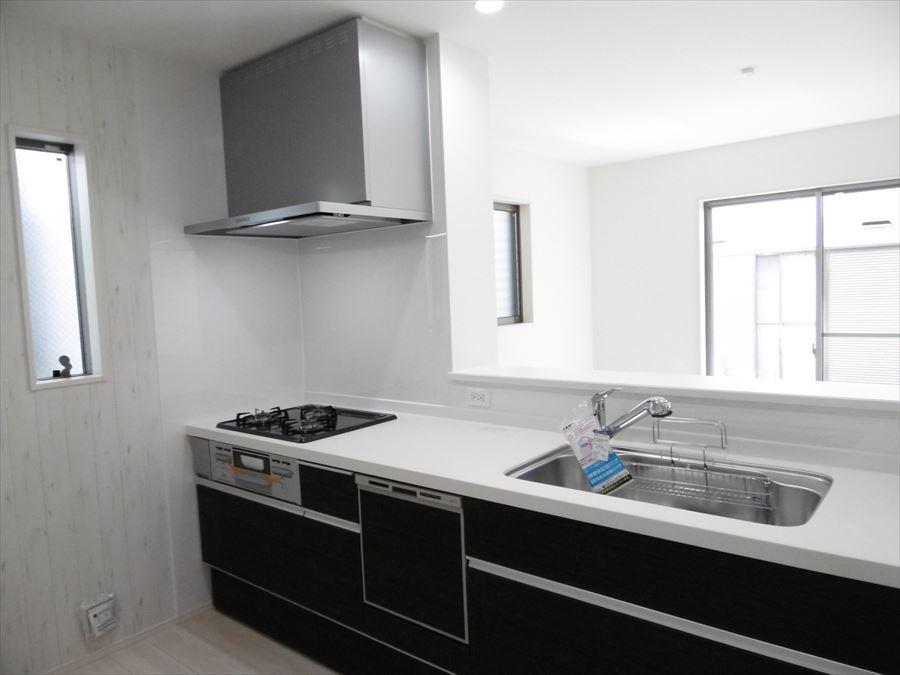 食洗機付きシステムキッチンです。3口コンロは同時調理可能なので、家事の時短につながります!