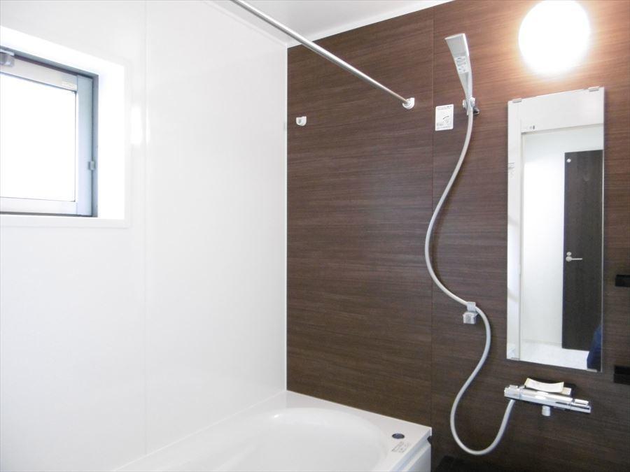 浴室乾燥機付きバスルームです。梅雨の時期でも洗濯物を乾かせるので助かりますね。