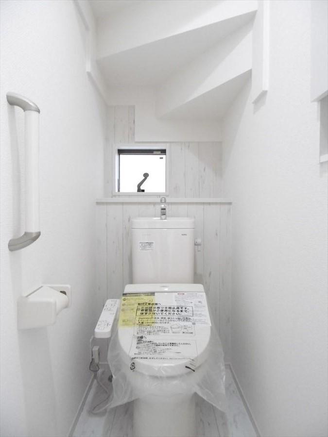温水洗浄付きトイレです。棚に小物を飾ったり、自分らしいトイレインテリアも楽しめますね♪