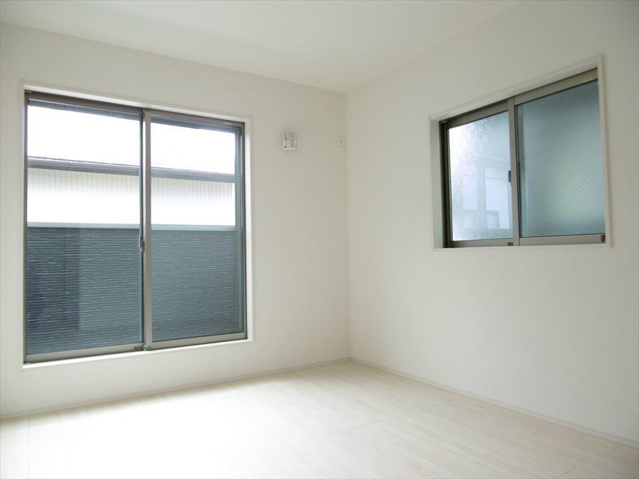 南側5.25帖の洋室です。収納もついているのでお部屋を広く使えますね。