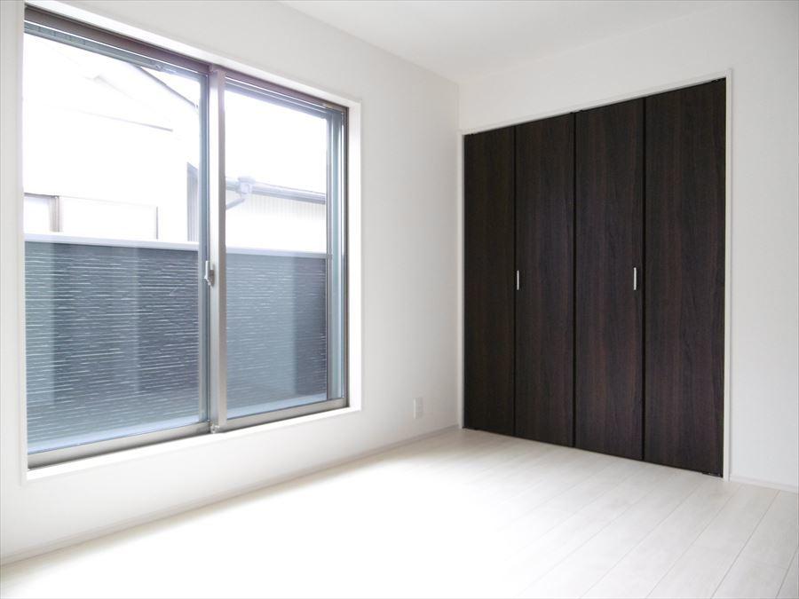 南側6帖の洋室です。南向きの窓からたっぷりの陽射しが降り注ぐのでお部屋が明るいです。