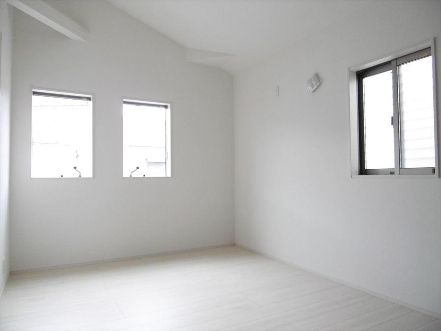 北側6帖の洋室です。勾配天井になっているので、お部屋が広く感じます。