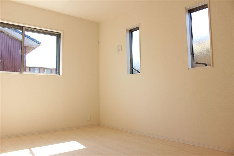 2階6.75帖の洋室です。小窓がお洒落ですね(^^)2面採光で光を取り込みます♪
