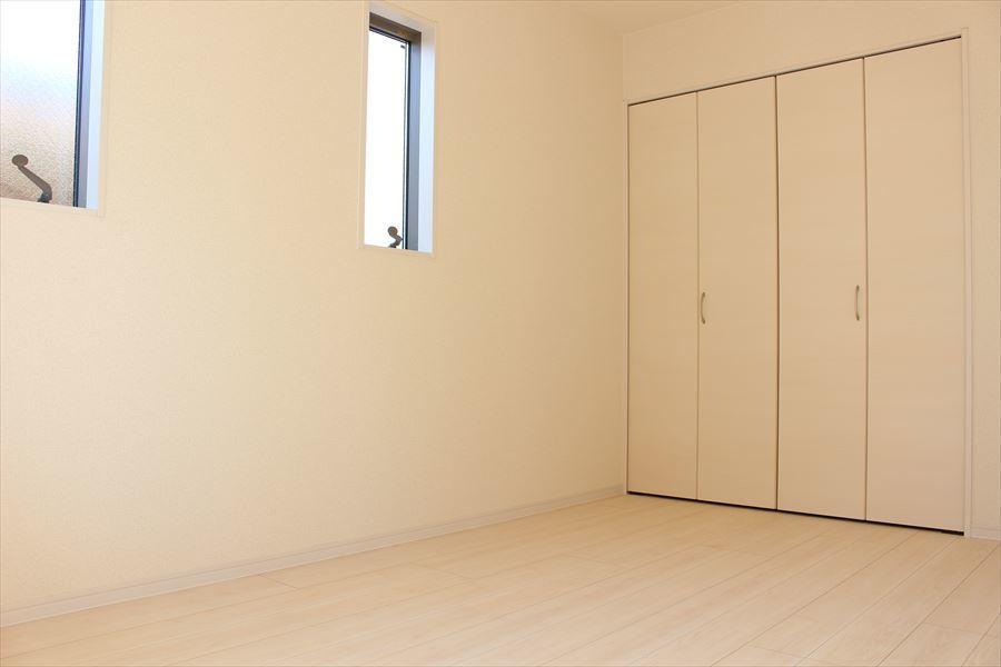 2階6.75の洋室。全室収納スペースがありますのでお部屋をすっきりとお使いいただけます◎