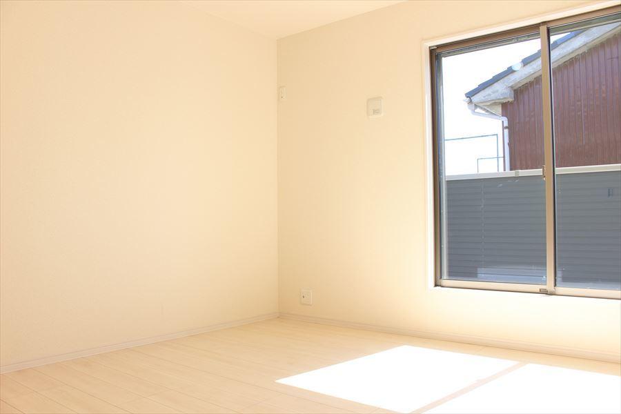 2階6.125の洋室。全室南向きで明るく暖かな光を取り込みます◎明るいお部屋で自分の時間を楽しめます(^^)