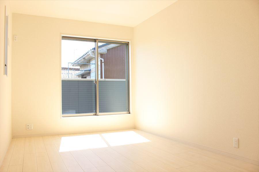 2階8.25帖の洋室。窓からはバルコニーに出られます。主寝室にいかがでしょうか(^^)