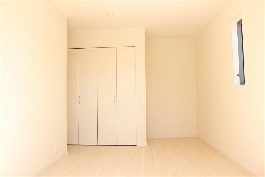 8.25帖の洋室。白を基調としており、部屋全体が明るい印象に♪どんな家具を配置するか考えるのも楽しみの一つですね(^^)