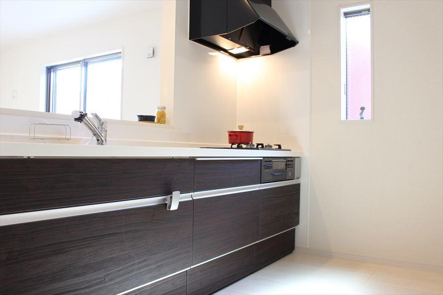 縦長の小窓がお洒落なキッチン。落ち着いた木目の綺麗なデザインです◆