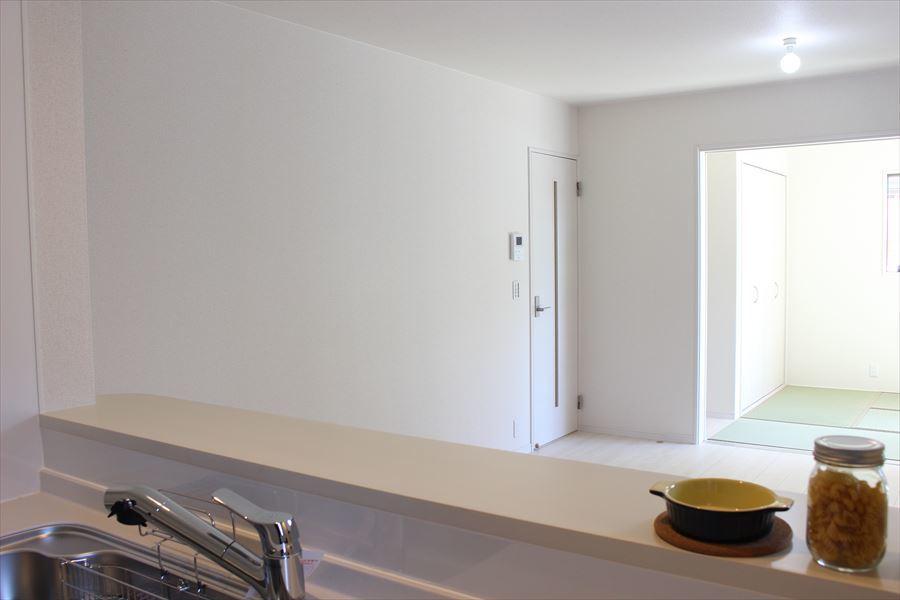 対面式キッチンはご家族との時間を大切にしながらお料理のできる空間。テレビを見ながらお料理もできちゃいます◎