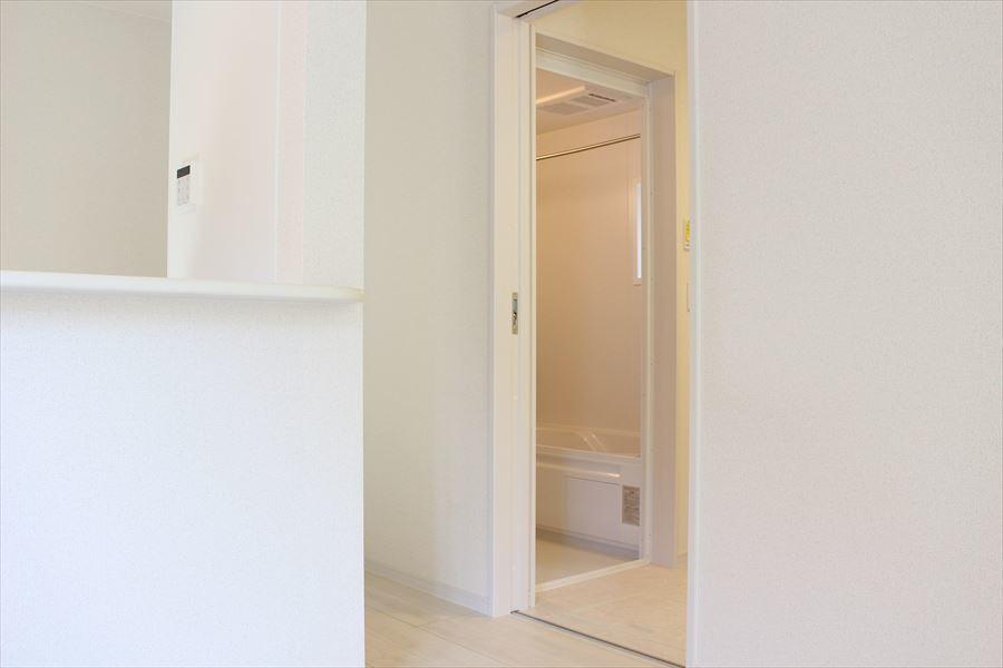 廊下からもリビングからも繋がる浴室は生活しやすい造りになっています◎