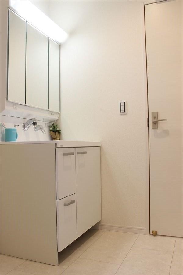 洗面台は三面鏡になっておりますので鏡が大きく見えにくい横の髪の毛なども見易い造りに◎機能性抜群です!