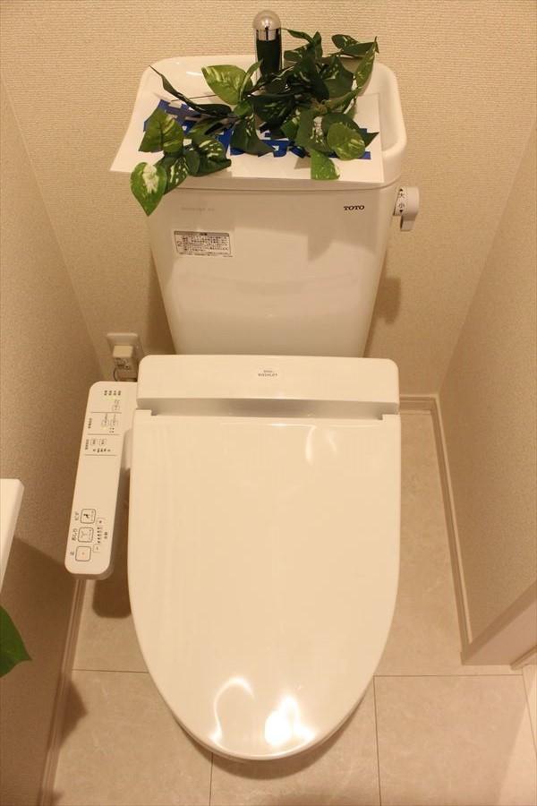 床のタイルが高級感のあるトイレ。1階も2階も小窓付きなので換気にも◎