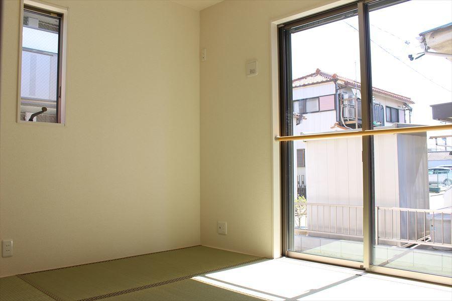 和も洋も感じられる素敵な和室です。南向きで明るい光が差し込みます◎廊下からもリビングからも繋がります。