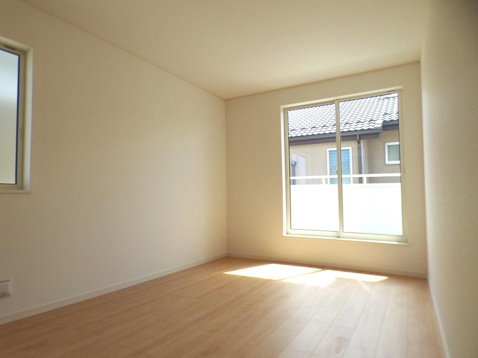 ◎洋室:1号棟(4/8撮影) 主寝室からバルコニーへつながっていますので、お布団干しもラクラクです!