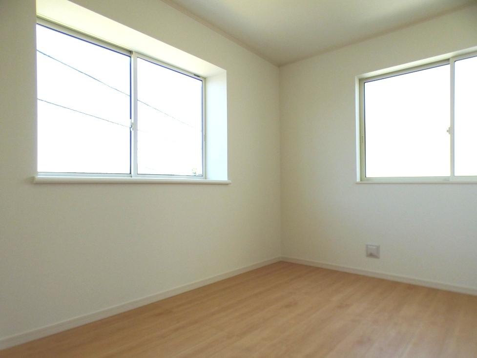 ◎洋室:1号棟(4/8撮影) 全居室2面採光!窓を2つ設けた事で光が差し込む温かい空間になっています!