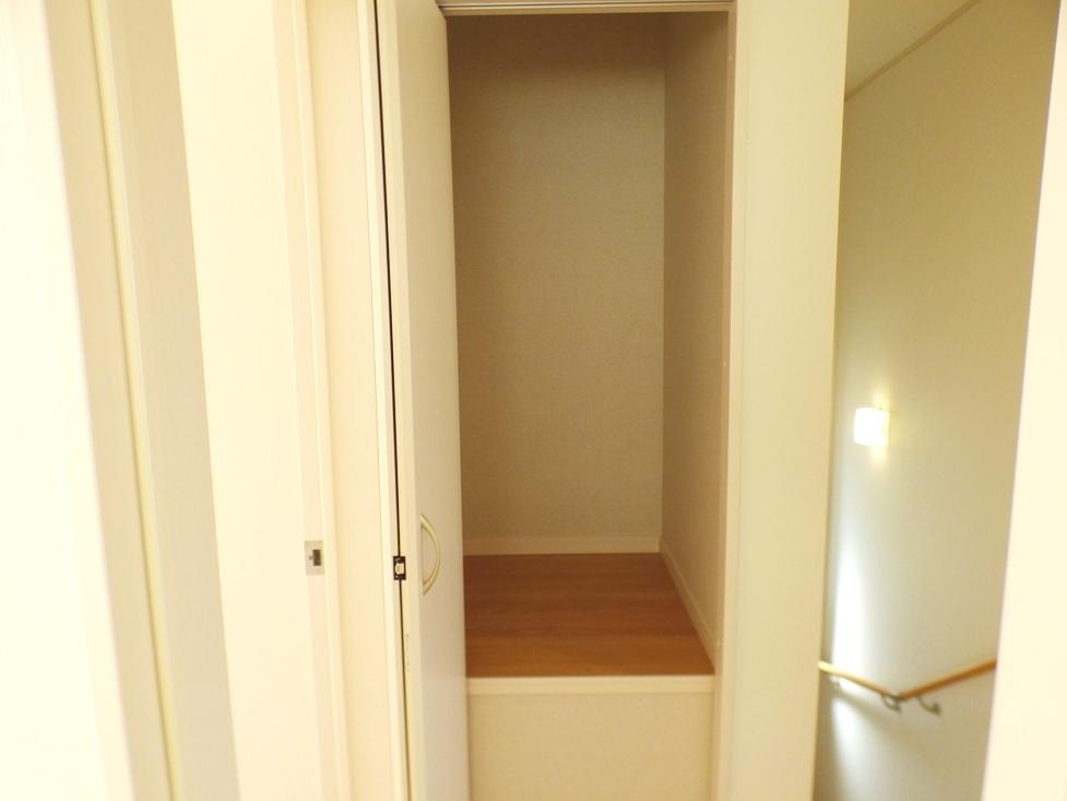 ◎収納:1号棟(4/8撮影) 2階へ上がると、階段横にも収納付!お掃除用具や季節物の家具・家電などの収納に便利なスペースです!