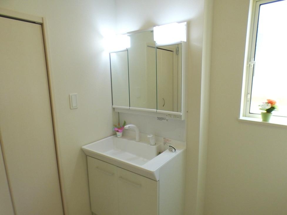 ◎洗面台:1号棟(4/8撮影) 三面鏡は鏡面も広く、収納部分も多いので、使い勝手も良いです!