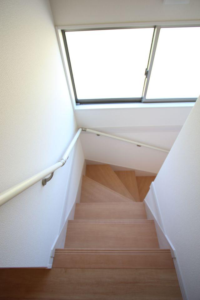 便利な勝手口を設置。 大型の引き出しと床下収納があり、沢山の小物も整理できます。 (同社施工例)