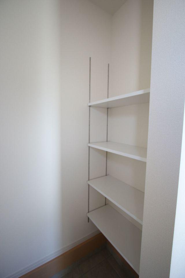 押入れのある和室は寝室や客間として 大変便利にご利用頂けます。 リビングに続いており大変開放的です。 (同社施工例)
