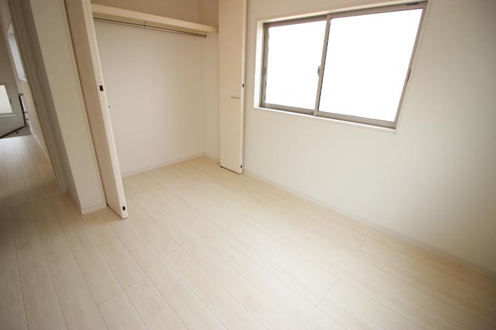 2階 5.34帖洋室 クローゼットが備わった使い勝手の良い居室です