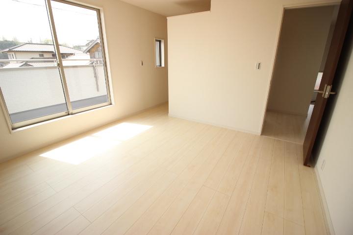 2階 8帖洋室 季節物の入れ替えが不要なウォークインクローゼットが備わった明るくて日当たりの良い居室です バルコニーに出入りができます