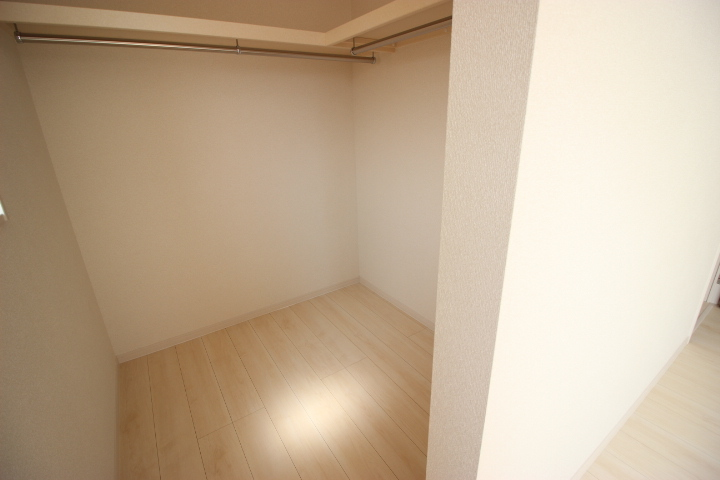 8帖洋室のウォークインクローゼットです ハンガーポールと棚が備え付けなのはうれしいですね