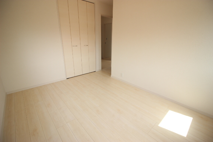 2階 6.5帖洋室 小窓から陽光が差し込む心地よい居室です