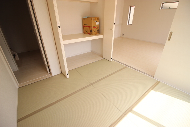 隣接する洋風和室の引き戸を開けると リビングの延長としての利用も可能です。