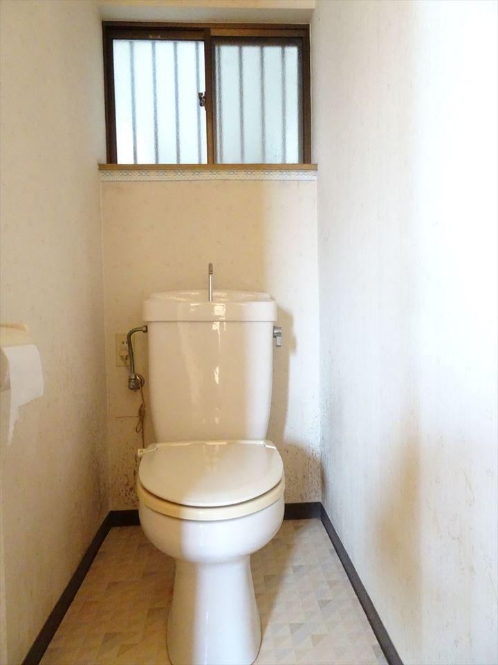 1階のトイレは窓があるので換気できます。
