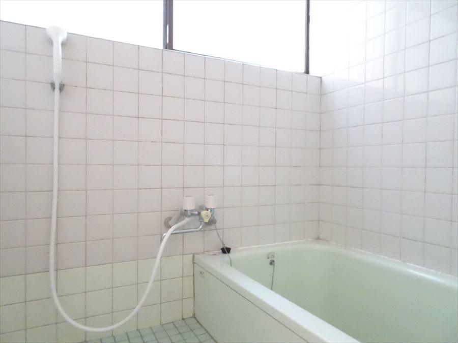 窓の大きな浴室は、タイル張りになっています。