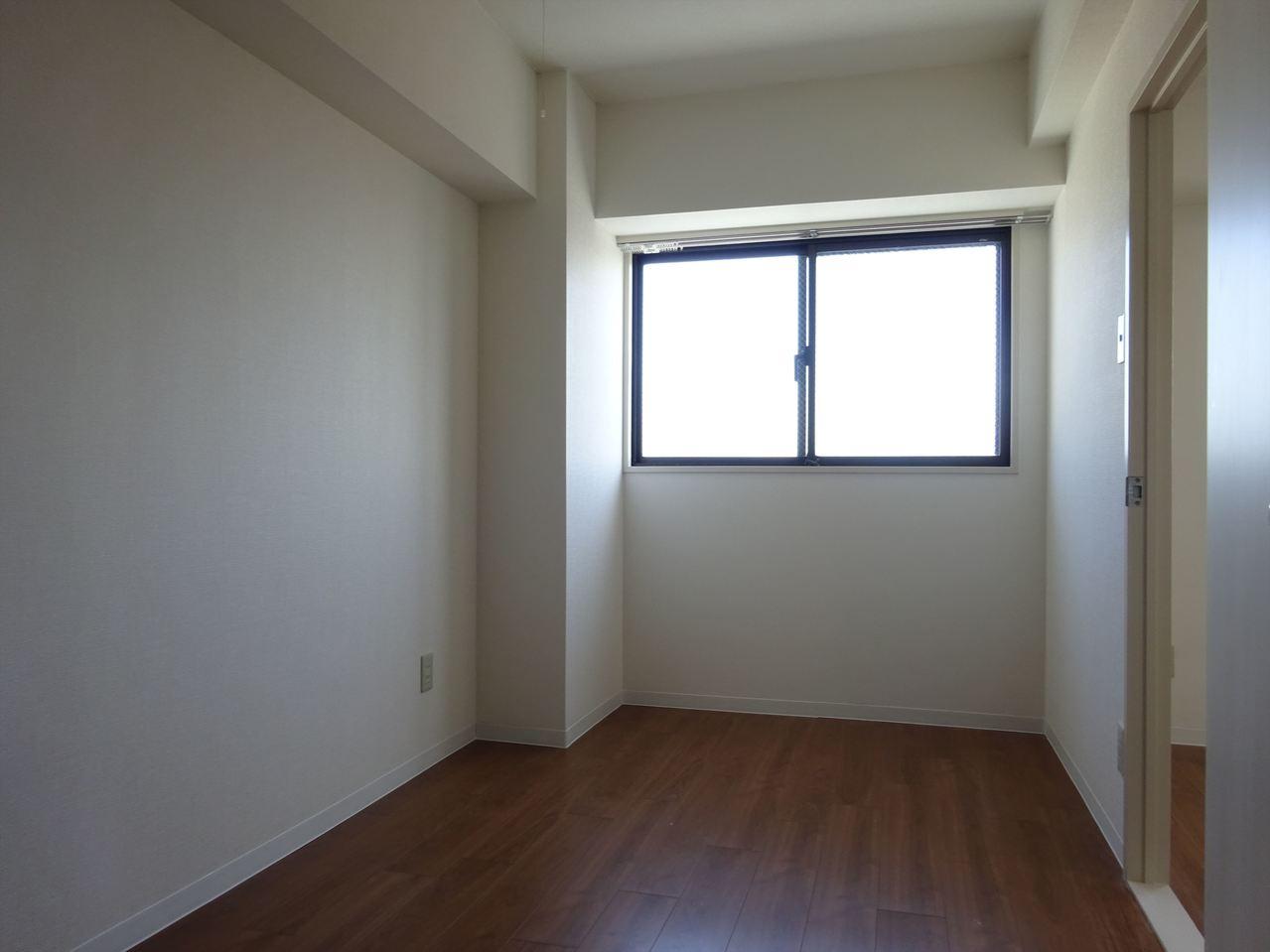 大きな窓がある明るい洋室です