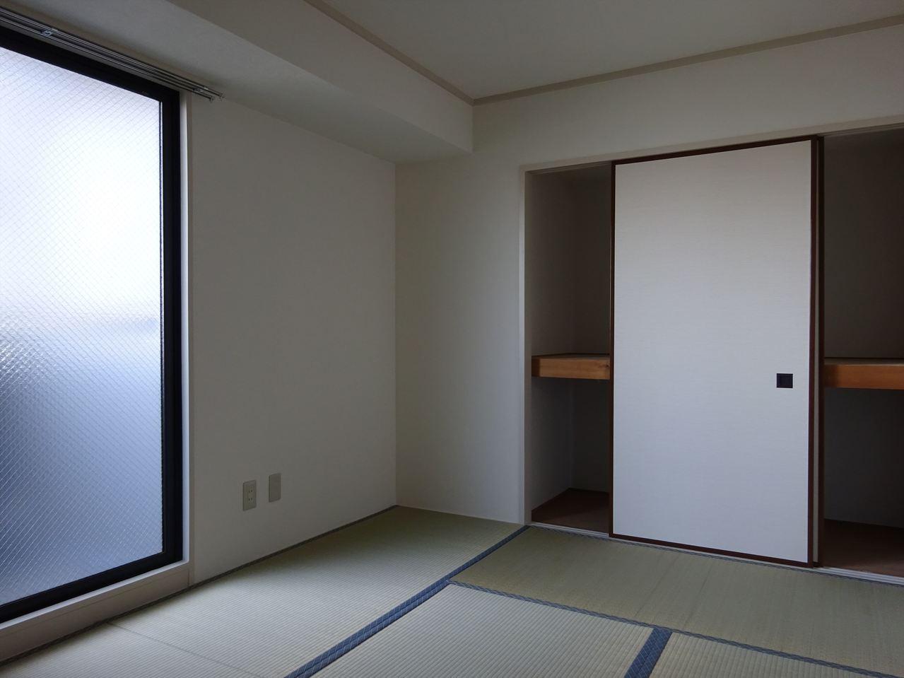 和室には珍しい大きな窓がある明るい和室です。