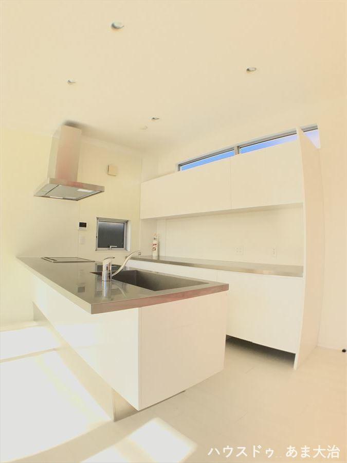 壁もなく、オープンで開放感のあるカウンターキッチンです!背面の棚も充実しており、食器の収納にも困りません!