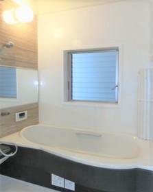 ゆったりサイズなので お子様と入浴しても スペースに余裕がありますね  オートバスなので ボタン一つでいつでも適温で 入浴できますよ