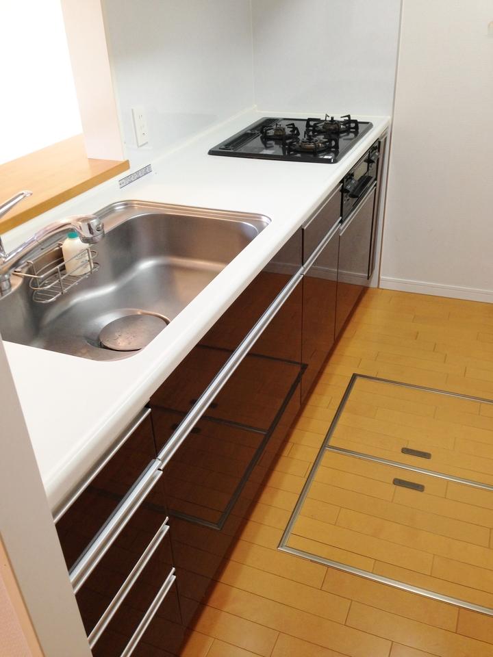 使いやすいシステムキッチン。床下収納もあります♪