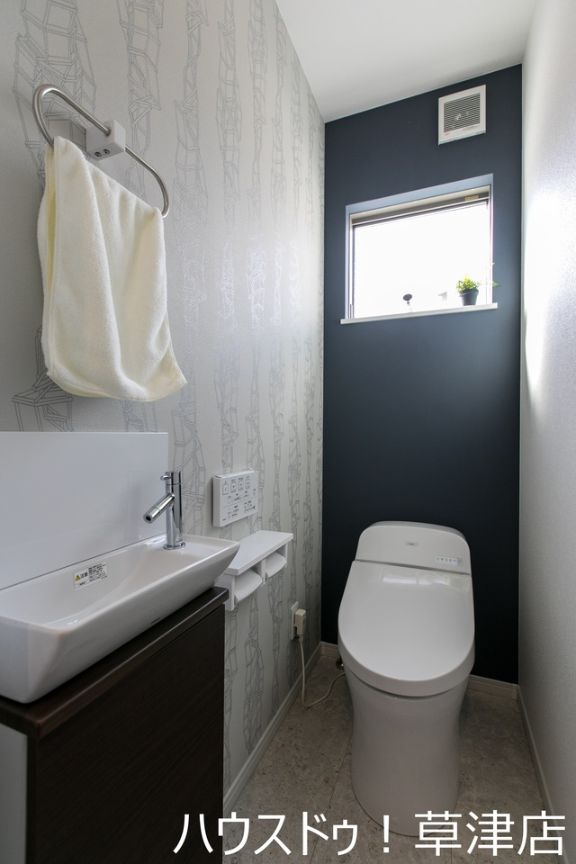 トイレは窓付きなので換気がしやすいですね。手洗いカウンター付きです!