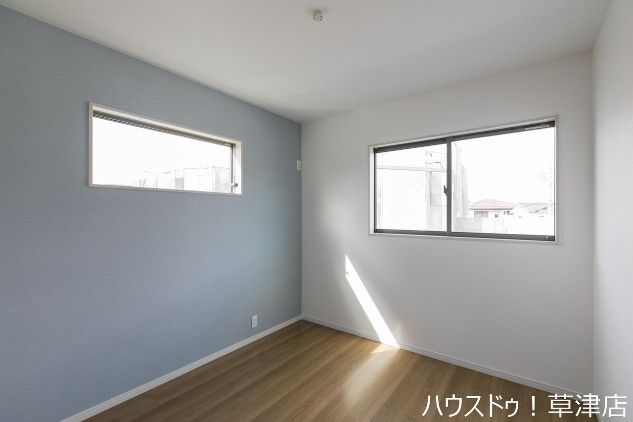 こちらが5.2帖の洋室です。カーテンの色や家具の配置、インテリア次第で様々な雰囲気が楽しめますよね。あなた色に染めちゃってください♪