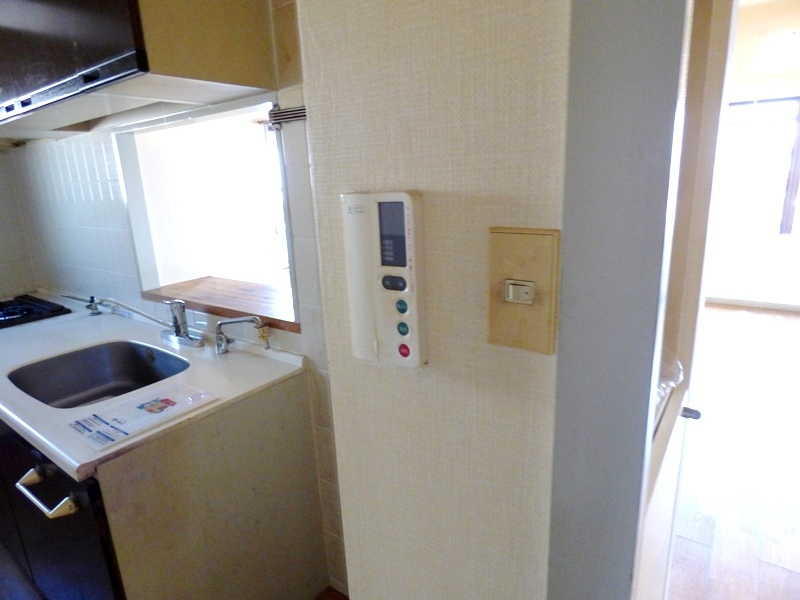 ◎給湯器(12/18撮影) キッチン横に給湯器リモコンが付いています。