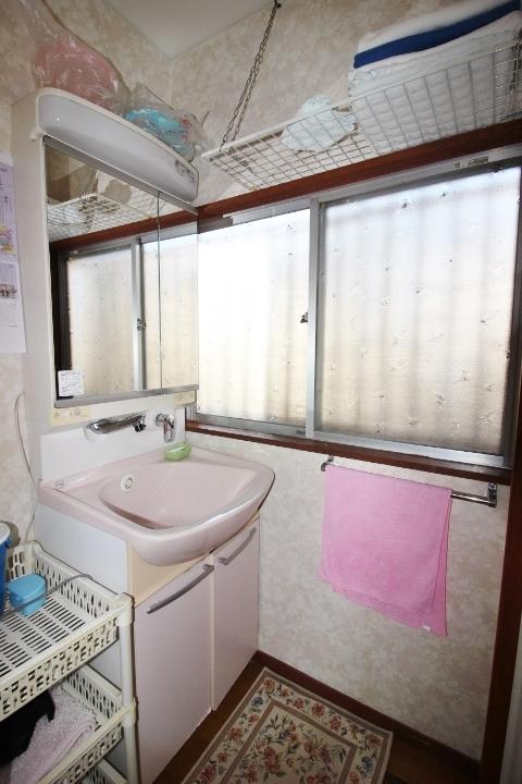 湿気のこもりがちな洗面所も窓付きなので換気面良好