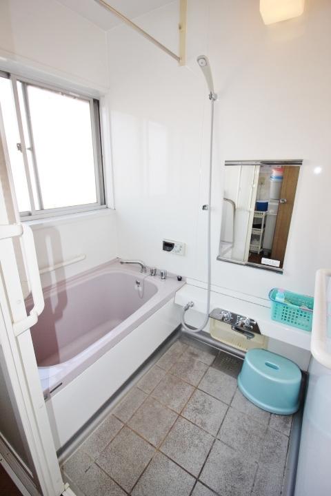 2004年4月リフォーム済みの浴室は、浴室乾燥暖房付きです。雨の日のお洗濯も安心ですね。