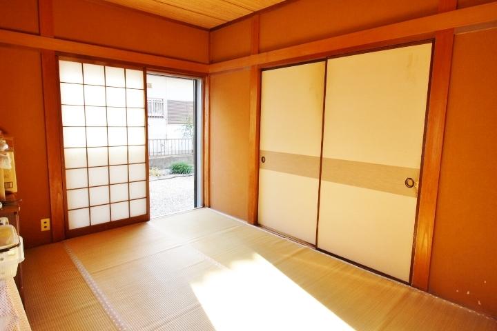 1階6帖の和室は、南向き 押入れと床の間付きです。