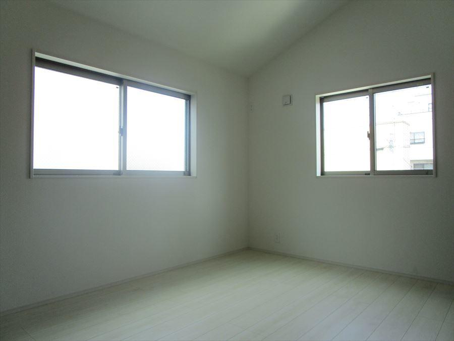 【洋室5.25帖】北側の居室は暗いと思いがちですが、2面の大きめ窓から光が入り、爽やかな室内になっています!
