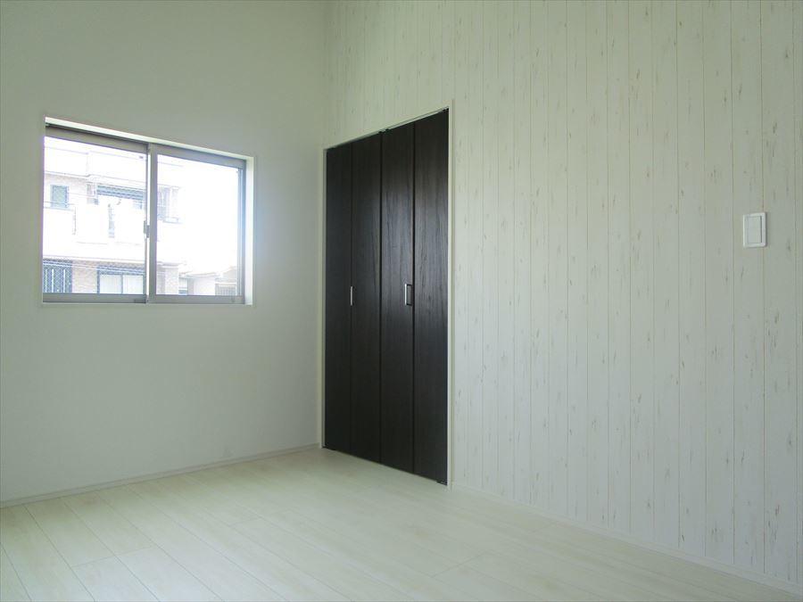 【洋室6帖】室内は木目の落ち着きの感じられる雰囲気になっています。