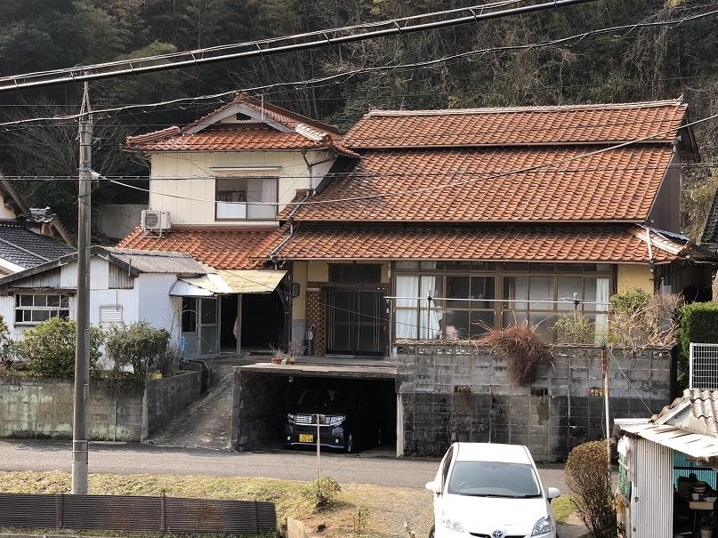 【外観写真】 赤い瓦屋根がきれいな大きな一軒家です☆前面道路も見通しが良いですね♪
