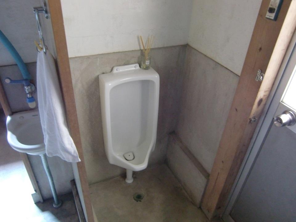 1階には男性用トイレもあります。こちらも土間から土足で入れるトイレとして使っても良いですね。