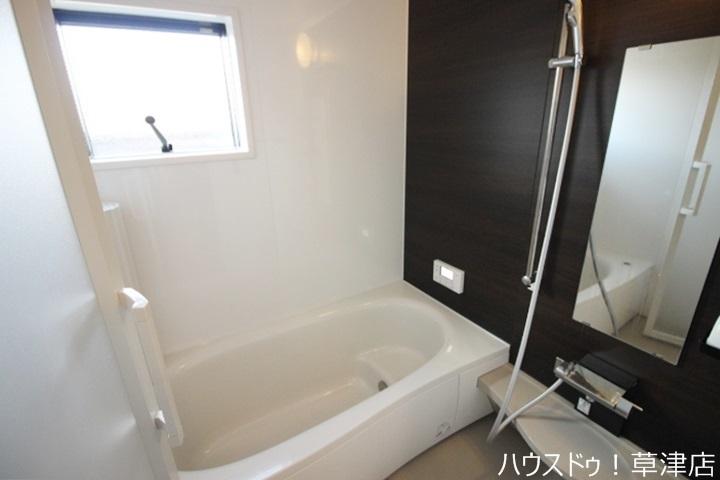 浴室はゆったり入浴できるサイズです。お子様と一緒に入浴しても余裕がありますね。