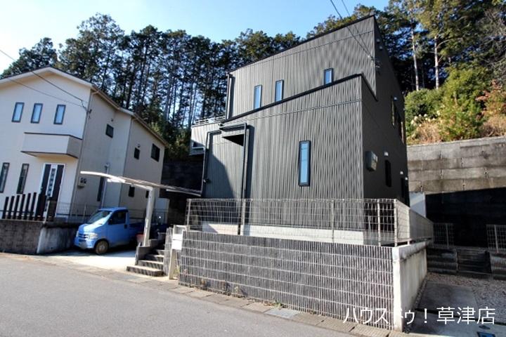 治田東小学校まで徒歩約31分(約2450m)、栗東中学校までは徒歩約27分(約2160m)の立地にあります。